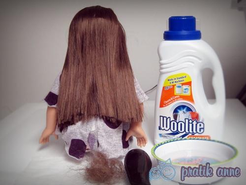 Oyuncak bebeğin tiftik olmuş saçlarını düzeltme